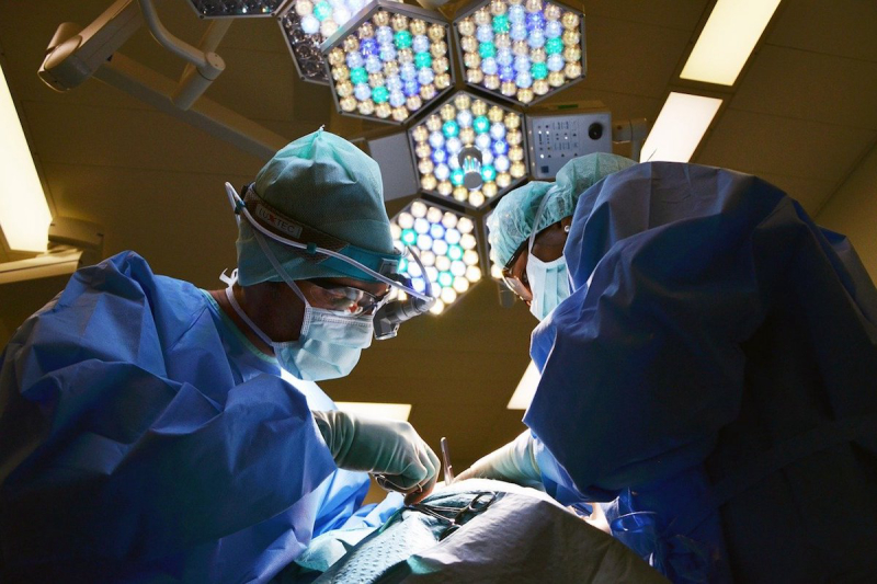 Lekarze przy operacji
