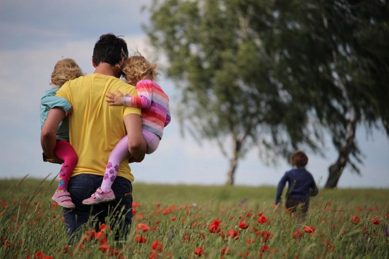 Ojciec z dziećmi na spacerze