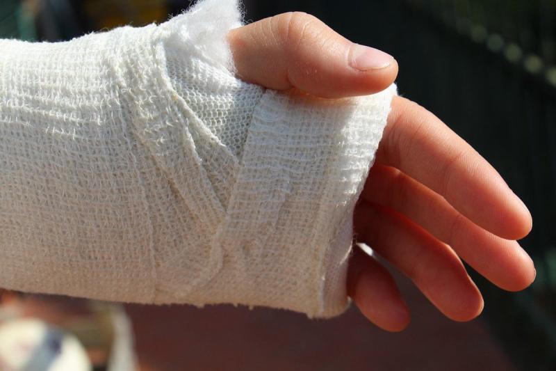 Złamana ręka w gipsie
