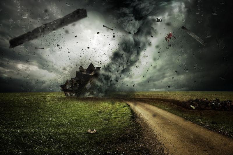 Huragan i zniszczony dom