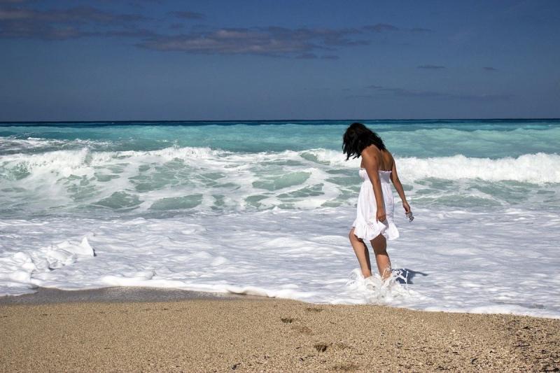 Kobieta na plaży na urlopie