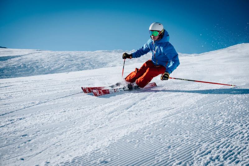 Narciarz na stoku zimą