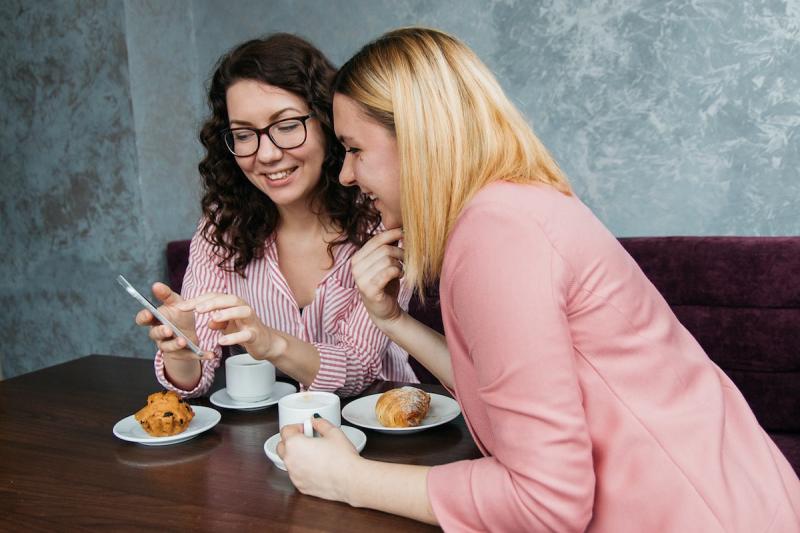 Rozmowa przyjaciółek w kawiarni