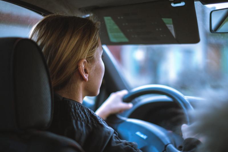 Młoda kobieta kierowca
