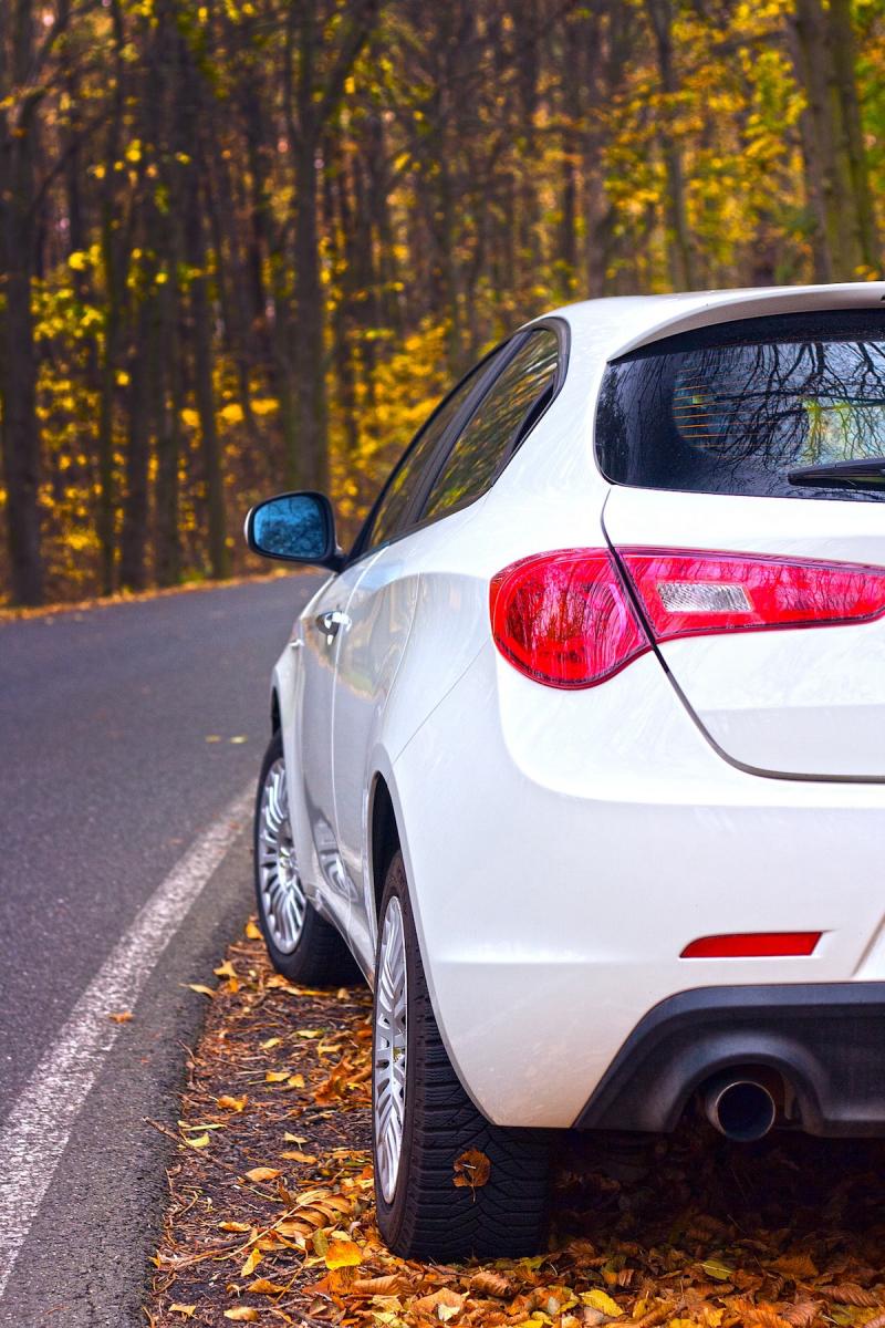 Biały samochód na poboczu