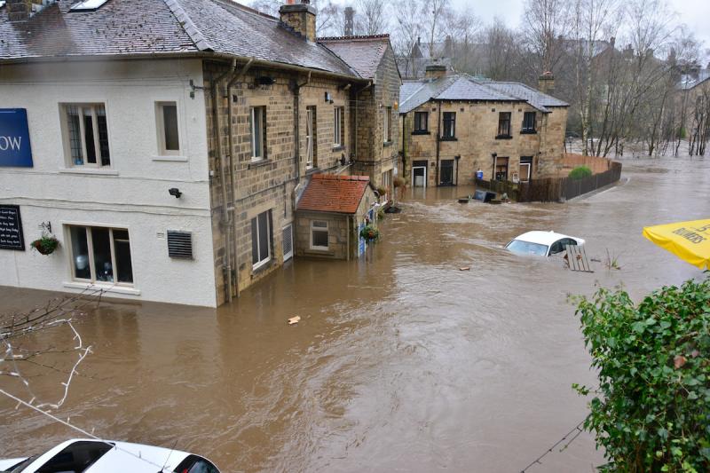 Powódź - zalane domy i auta