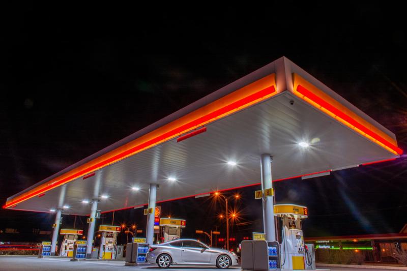 Stacja benzynowa i samochód