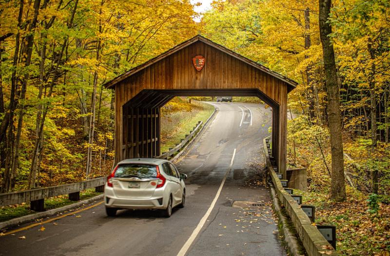 Samochód jesienią na drodze